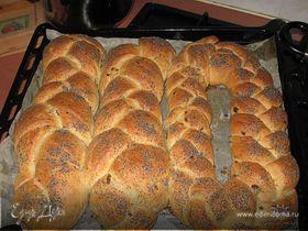 Хлеб с копченым колбасным сыром и оливками