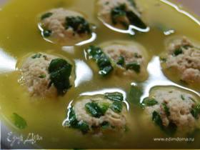 Суп с фрикаделями из индейки и шпината