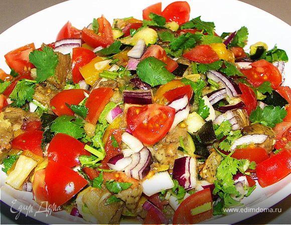 Тёплый салат из запечёных баклажанов,цукини,перца и свежих помидорок,лука,чеснока,кинзы
