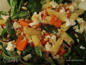Теплый салат с макаронами и тыквой