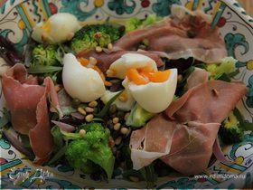 Итальянский салат с брокколи, ветчиной и кедровыми орешками