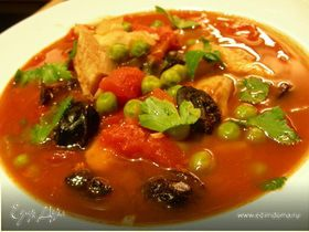 Томатный суп с белой рыбой, зеленым горошком и маслинами