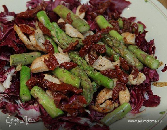 Теплый салат с курицей, спаржей и радиккио