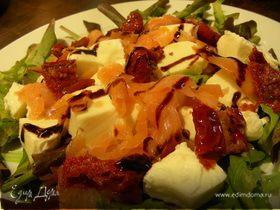 Салат из копченого лосося, моцареллы и вяленых томатов