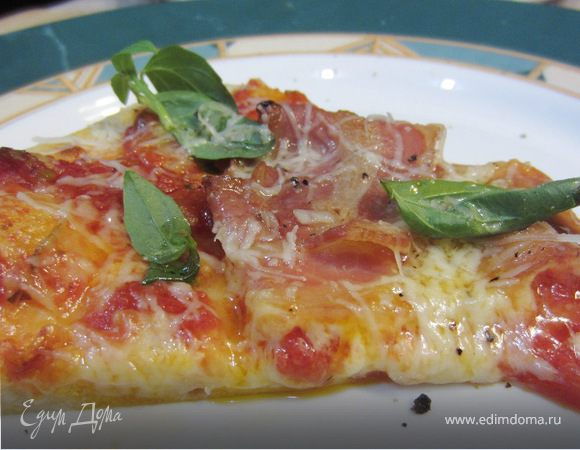 Пицца с беконом и базиликом