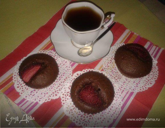 Кофейные кексики c орехами и клубникой