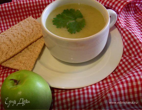Крем-суп с цикорием, зеленым яблоком и карри