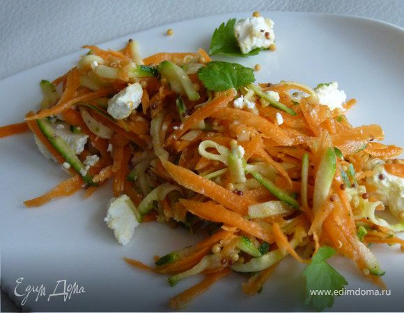 Салат из цукини, моркови и козьего сыра