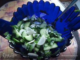 Салат легкий с белым редисом и его листьями