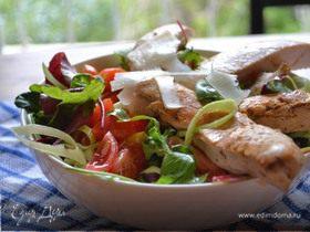 Теплый салат с курицей и пармезаном