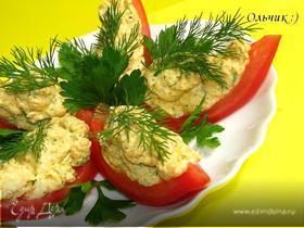 Закуска из куриного паштета со сливочным сыром и зеленью в лодочках из помидора