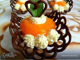 Шоколадные лодочки с манговым муссом и взбитыми сливками
