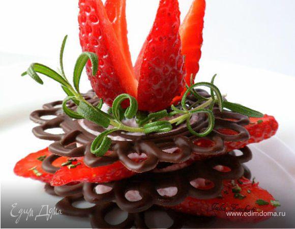 Клубника на шоколадных пластинах со взбитыми сливками и розмарином