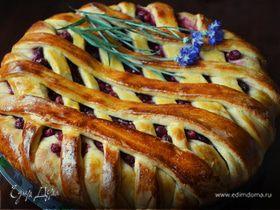 Пирог с вишней и смородиной (дрожжевое тесто на кефире)