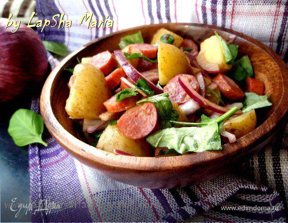 Картофельный салат с колбасками и красным луком