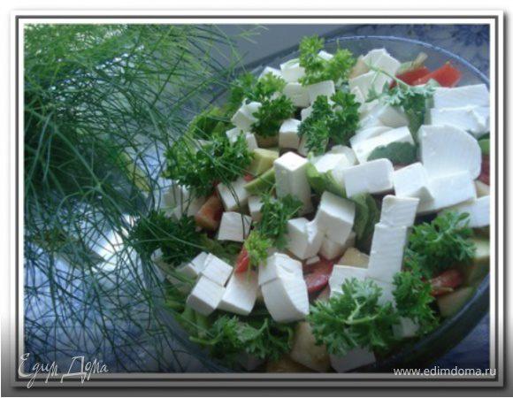 Салат с руколой, овощами и фетой