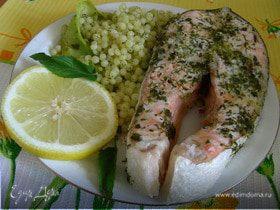 Запеченный лосось с травами и кускусом