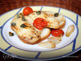 Рыба с помидорами и каперсами на чесночных гренках