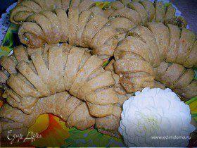 Творожно-кофейные рогалики с миндалем