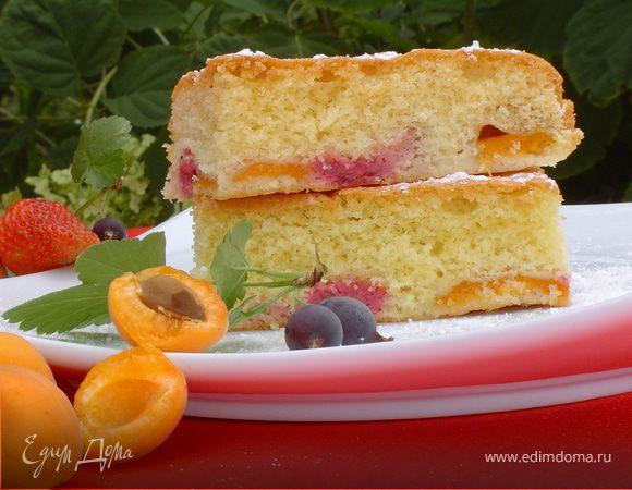 Пирог с абрикосами и ягодами