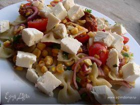 Салат с пастой, кукурузой-гриль, вялеными томатами и фетой