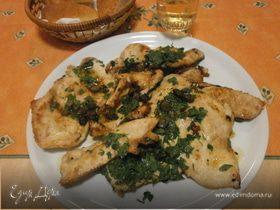 Куриная грудка с анчоусами, каперсами и петрушкой