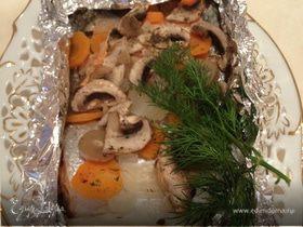 Форель с шампиньонами, луком и морковью, запеченная в фольге