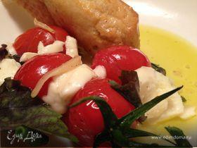 Теплый салат из помидоров с моцареллой и чесноком