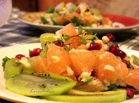Салат с крилем, киви и грейпфрутом