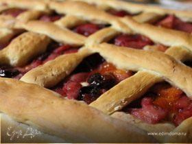 Пирог с грушами, яблоками и вишней