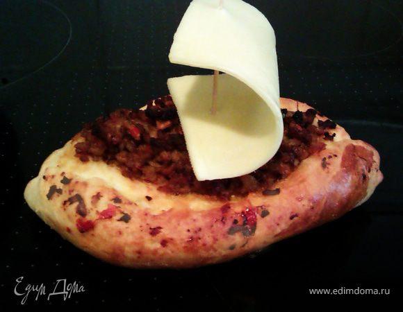 Лодочки-пиде с фаршем, сыром и грибами