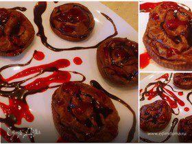 Шоколадные творожники с малиновым соусом и шоколадным топпингом