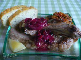 Мясо на косточке и клюквенный соус