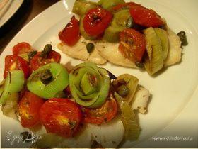 Рыба, запеченная по-итальянски с луком-пореем, помидорами черри и каперсами