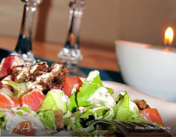 Салат из малосольного лосося с ржаными сухариками