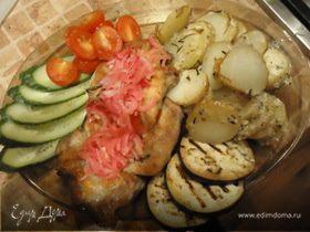 Стейки с картофелем по-деревенски, маринованным луком и овощами