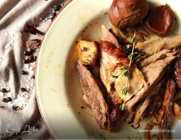 Утка, фаршированная яблоками, каштанами и клюквой, с печеным картофелем