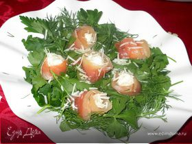 Розы из семги с шариками из творожного сыра с зеленью в шубке пармезан