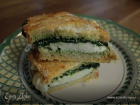 Горячий бутерброд с моцареллой, шпинатом и соусом песто