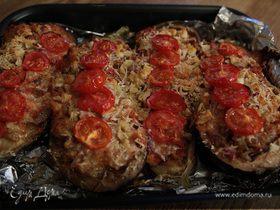 Баклажаны, фаршированные овощами и сыром