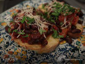 Тосты с фасолью, беконом и вялеными помидорами