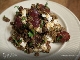 Салат из чечевицы с виноградом и козьим сыром