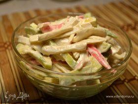 Салат с авокадо и крабовыми палочками с острым спайси соусом