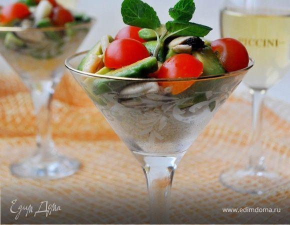 Салат из морепродуктов с кускусом и авокадо