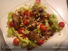 Теплый салат с куриной печенью и беконом