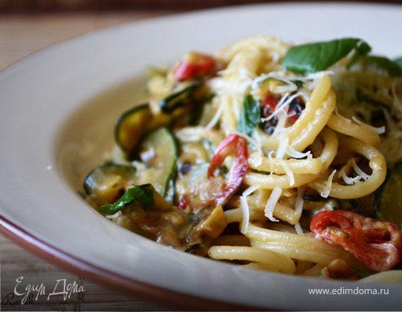 Спагетти с цукини, перцем чили и базиликом