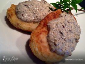 Картофельные котлеты со сливочно-грибным соусом
