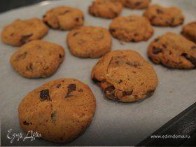 Печенье с шоколадом и черносливом в сиропе