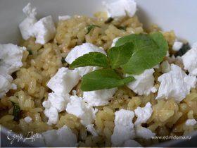 Рисовый салат с козьим сыром, грецкими орехами и карри