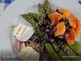Салат из спаржи с красным луком-гриль, козьим сыром и апельсином